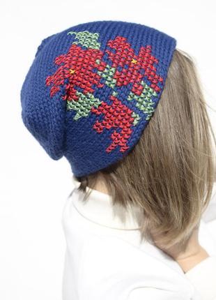 Яскрава синя шапка вишита червоними квітами ( шапка с вышивкой )