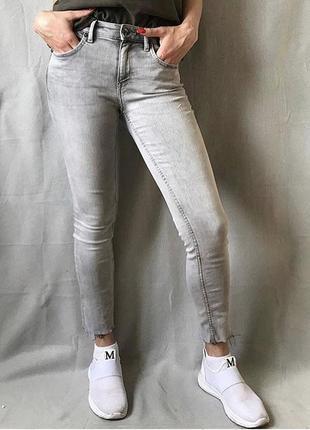 Серые джинсы скини с необработанными краями
