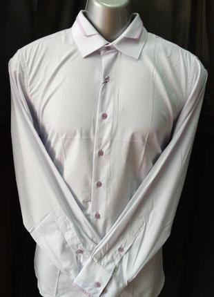 Приталенная мужская рубашка в офисном стиле.