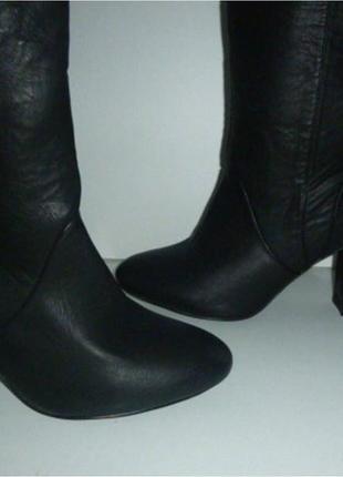 Черные высокие демисезонные сапоги на каблуке plato