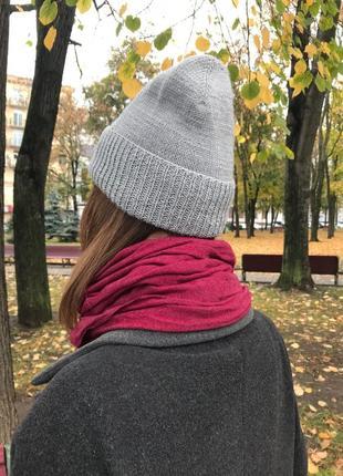 Серая вязаная шапка с отворотом