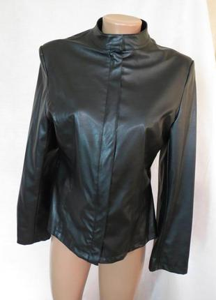 Актуальная черная куртка из кожзама