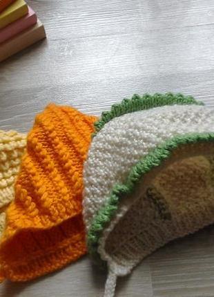 Набор вязанных шапочек на малышку 0-3 мес