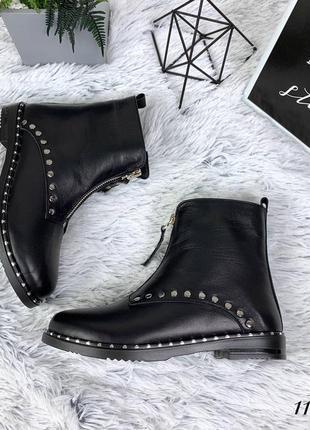 Ботинки из натуральной кожи с заклёпками.