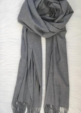 Серый шарф-палантин в наличии