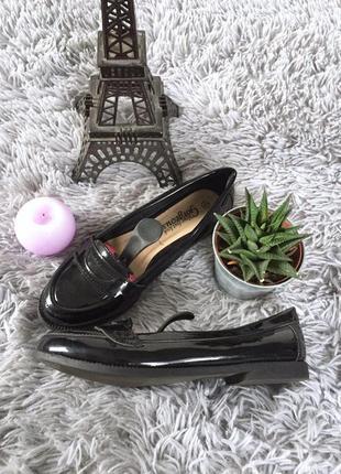 Актуальные лаковые туфли на низком каблуке
