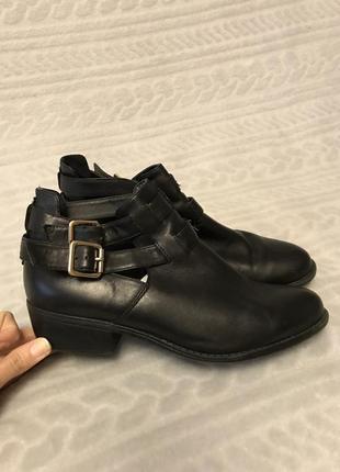 Стильные кожаные ботинки ботильоны с пряжками размер 39-40