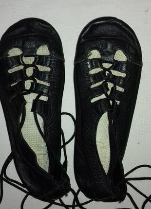 Кожаные чешки на шнурках