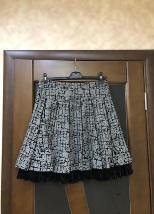 Актуальная демисезонная трендовая серая юбка с модным велюровым рюшем. на наш 46-48
