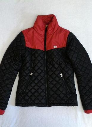 Фирменная демисезонная, стеганная куртка. короткая байк