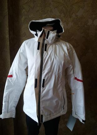 Белоснежная фирмовая лыжная куртка.