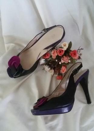 Кожаные босоножки на каблуке с декором