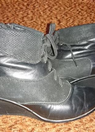 Красивые удобные кожаные ботиночки черного цвета на танкетке на шнуровке 37 размера