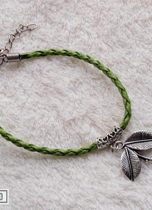 Браслетик-шнурочек из зам. кожи с подвеской листиком