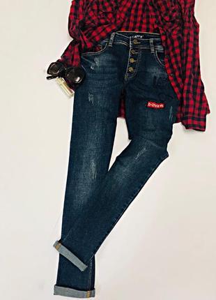 Синие джинсы на пуговицах