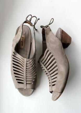 Замшевые закрытые босоножки на маленьком каблуке