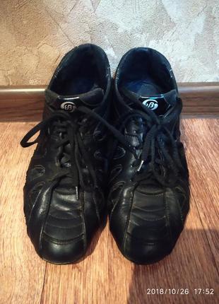 Продам кожаные женские кроссовки 38 р.