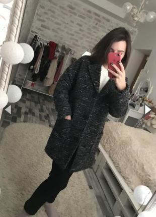 Стильное теплое , шерстяное пальто