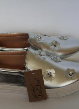 Серебряные слипоны с цветами. новые женские мокасины4