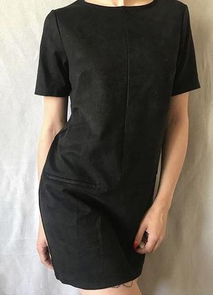 Чёрное прямое платье спереди под замш