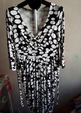 Трендовое платье миди в горох