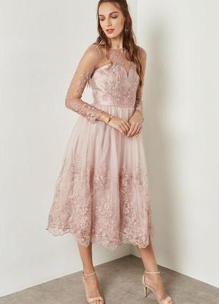 Шикарное платье, пыльно розовое с вышивкой, миди