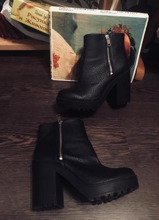 Ботинки на толстом каблуке с замками