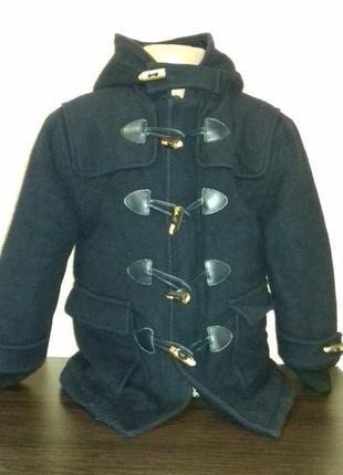 Кашемировое зимнее пальто с утеплителем и капюшоном.