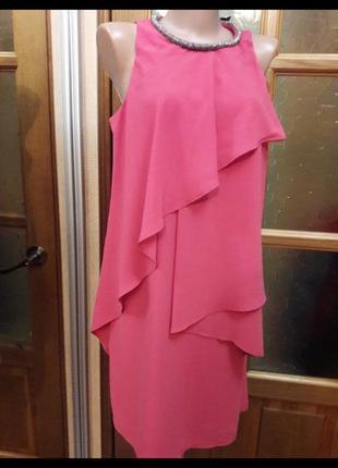 Нарядное платье с воланами лососево розового цвета с украшением на шее