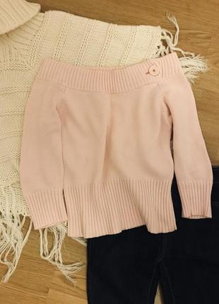 Нежно розовый свитер с открытыми плечами