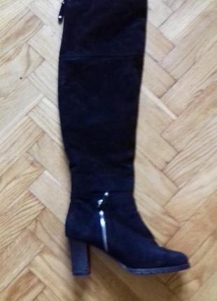 Натуральные зимние сапоги-ботфорты на устойчивом каблуке.