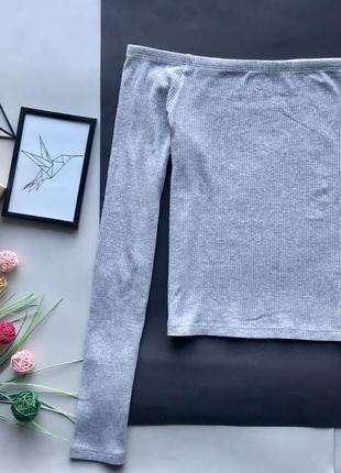 Стильный серый свитер на плечи / серый гольф открытые плечи в рубчик