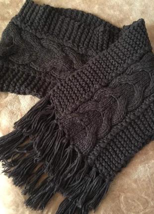 Очень длинный объемный шарф крупной вязки