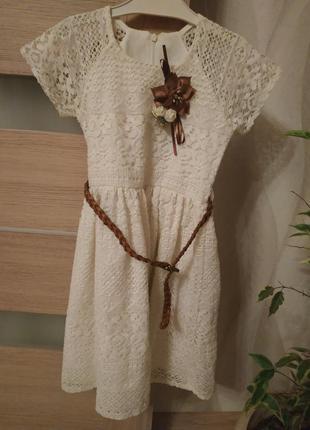Нежное платье молочного цвета, брошь, гипюр