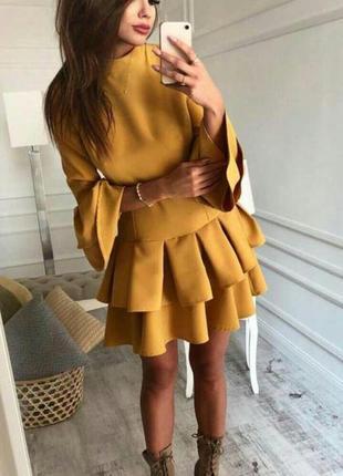 Платье горчичного цвета с воланами, очень круто смотрится