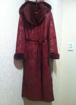 Длинная пальто-дубленка с капюшоном цвет бордо марсала   nio collection
