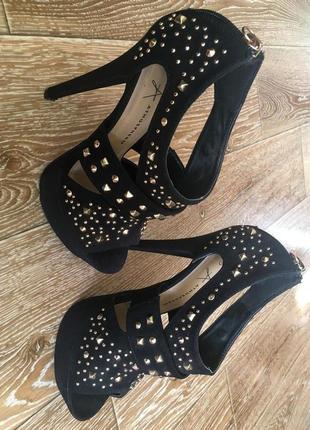 Туфли с заклепками на высоком каблуке