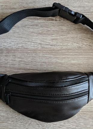 Большая бананака из натуральной кожи, темного цвета. стильная сумка на пояс