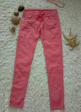 Яркие коралловые джинсы