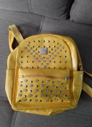 Желтый рюкзак с камнями