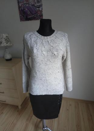 Бежевый свитер в косы