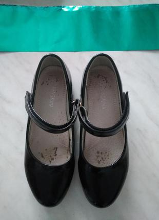 Черные лакированные туфли,35размер(маломерят)