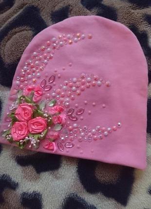 Красивенная шапочка розового цвета украшенная стеклярусом на модницу 6 лет