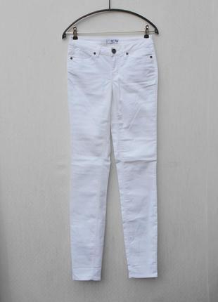 Белые летние стрейчевые   джинсы