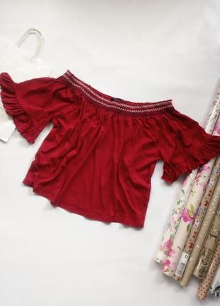 Красная футболка со спущенными плечами на плечи с вышивкой на резинке new look