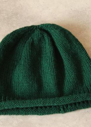 Вязанная шапка изумрудного цвета