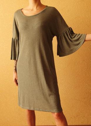 Женственное платье в рубчик с рукавами воланами