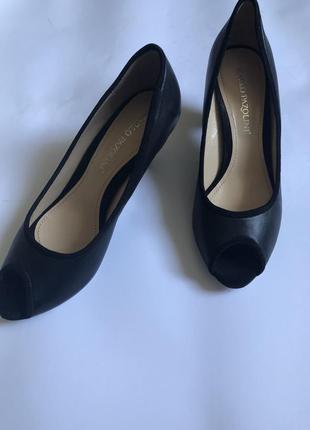 Кожаные туфли на устойчивом каблуке carlo pazolini