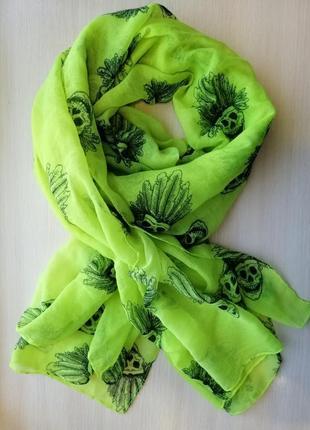 Яркий шарф - палантин с черепами.