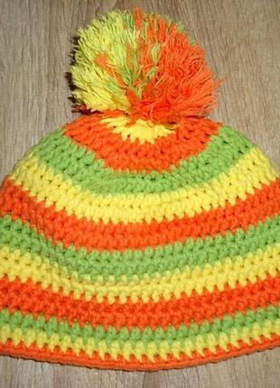 Яркая вязаная шапочка на 4-6 лет